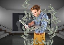 soldi mandanti un sms pantaloni a vita bassa con il computer portatile, soldi intorno immagine stock libera da diritti