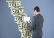 soldi mandanti un sms Uomo d'affari con il computer portatile (posteriore), andante sulle scale dei soldi Fotografie Stock