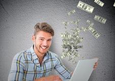 soldi mandanti un sms uomo felice con il computer portatile, soldi che vengono su dal computer portatile Fotografia Stock