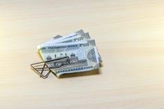 Soldi, monete e 500 rupie di note sulla tavola di legno Fotografia Stock Libera da Diritti