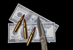 Soldi, munizioni e un coltello Immagini Stock Libere da Diritti