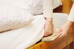 Soldi nascondentesi sotto il materasso Fotografia Stock Libera da Diritti
