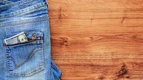 Soldi nella casella dei jeans Immagini Stock