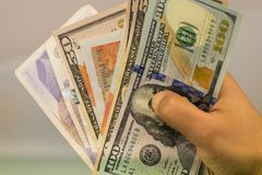 Soldi nella mano della mano con soldi, banconote della tenuta della mano, Fotografia Stock Libera da Diritti