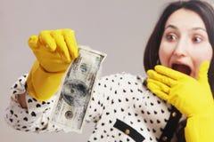 Soldi ombreggiati del lavare della donna (contanti illegali, dollari di fattura, corruptio fotografie stock libere da diritti