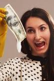 Soldi ombreggiati spaventati del lavare della donna (contanti illegali, dollari di fattura immagini stock libere da diritti
