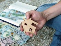 Soldi per affitto o comprare casa e gli appartamenti immagine stock libera da diritti