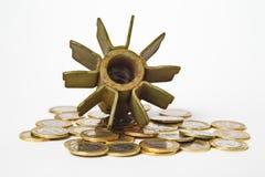 Soldi per il concetto di guerra, l'artiglieria esplosa e le monete Immagini Stock Libere da Diritti