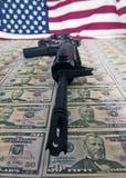 Soldi, pistole e bandierina fotografia stock libera da diritti