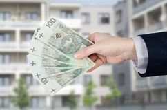 Soldi polacchi delle tenute dell'agente immobiliare Immagine Stock