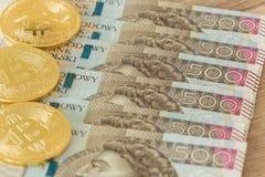 Soldi polacchi e bitcoin fotografie stock