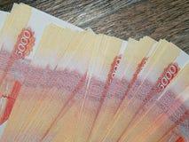 Soldi russi con un valore nominale di 5000 rubli Fotografie Stock Libere da Diritti