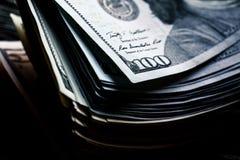 Soldi su un fondo di legno lotto 100 dollari, composizione in affari Fotografia Stock