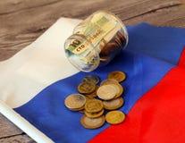 Soldi sulla bandiera russa Fotografie Stock Libere da Diritti