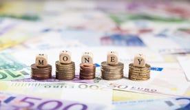 Soldi sulle pile della moneta, fondo di parola dei contanti Fotografia Stock
