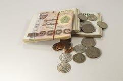 Soldi tailandesi, 1000 banconote di baht e moneta su fondo bianco Immagini Stock Libere da Diritti
