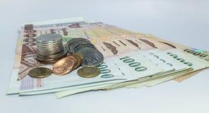 Soldi tailandesi, 1000 banconote di baht e moneta su fondo bianco Fotografie Stock Libere da Diritti