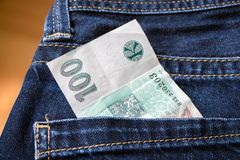 Soldi in tasca dei jeans la repubblica Ceca da 100 corone Fotografia Stock