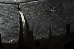 Soldi in una crepa in scarpe macro fotografia stock libera da diritti