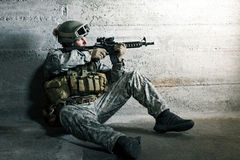 Soldier aiming a rifle Royalty Free Stock Photos