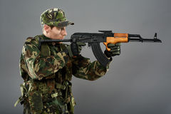 Soldier with machine gun aiming Royalty Free Stock Images