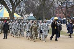 Soldiers för nationell vakt marsch under invigning av Donald Tru Arkivfoton