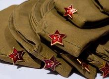 Soldiers& militar x27; tampões na tabela no dia da vitória o 9 de maio Fotos de Stock Royalty Free