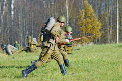 Soldiers-reenactors attack Royalty Free Stock Photography