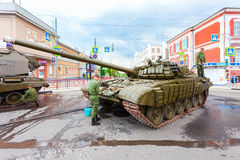 Soldiers wash russian battle tank T-72 Stock Image