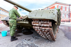 Soldiers wash russian battle tank T-72 Royalty Free Stock Photos