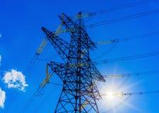 Sole ad alta tensione del fondo del cielo della torre della posta ad alta tensione Fotografia Stock Libera da Diritti