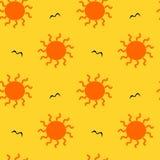 Sole arancio sull'illustrazione senza cuciture del modello del fondo giallo Immagini Stock Libere da Diritti