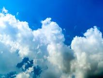 Sole bianco di cielo della nuvola del cielo blu un il giorno Fotografia Stock Libera da Diritti