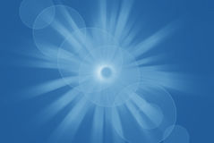 Sole brillante luminoso con il chiarore della lente, fondo astratto blu Fotografie Stock