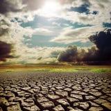 Sole caldo sopra la terra di siccità Fotografia Stock