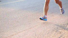 Sole dei corridori maratona di mattina, concetto di esercizio stock footage