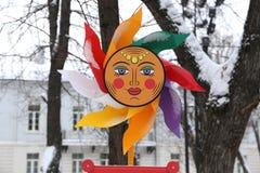 sole del handmadethe da plastica con dei i fasci colorati multi con un sorriso e gli occhi come simbolo della celebrazione di Mas Immagini Stock