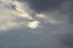 Sole del pellame della nuvola di pioggia sul cielo smussato immagine stock