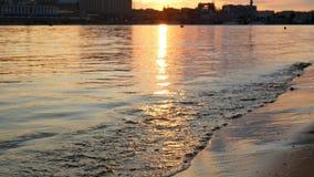 Sole dell'acqua della spiaggia di tramonto archivi video