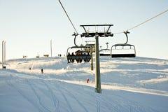 Sole dell'elevatore di corsa con gli sci sopra l'orizzonte Fotografia Stock