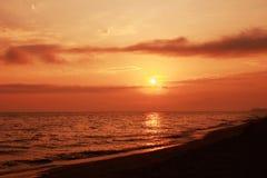 Sole di alba sul mare Immagini Stock