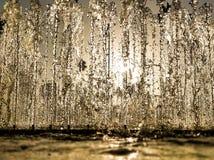 Sole di estate che splende tramite un muro di acqua fotografie stock