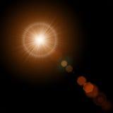 Sole di estate con le luci e l'incandescenza realistiche del chiarore della lente su fondo nero Illustrazione ENV 10 di vettore Immagine Stock