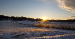 Sole di inverno che aumenta sopra il paesaggio di agricoltura Immagini Stock Libere da Diritti