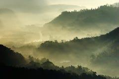 Sole di mattina con nebbia fotografie stock libere da diritti