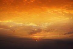 Sole di mattina con nebbia sul paesaggio della montagna, mare di foschia per il fondo di inverno Fotografia Stock