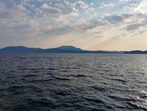 Sole di mattina sopra il mare ionico fotografia stock