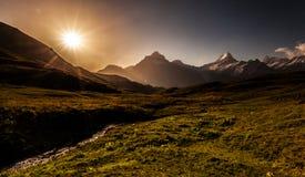Sole di mattina sopra le alpi di Bernese Fotografia Stock