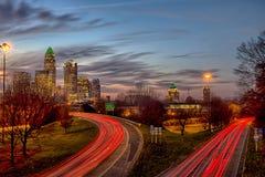 Sole di novembre che mette sopra l'orizzonte di Charlotte North Carolina immagini stock