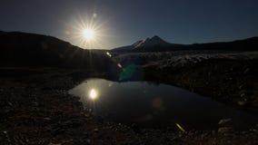 Sole di pomeriggio sopra il ghiacciaio e lo stagno fotografia stock